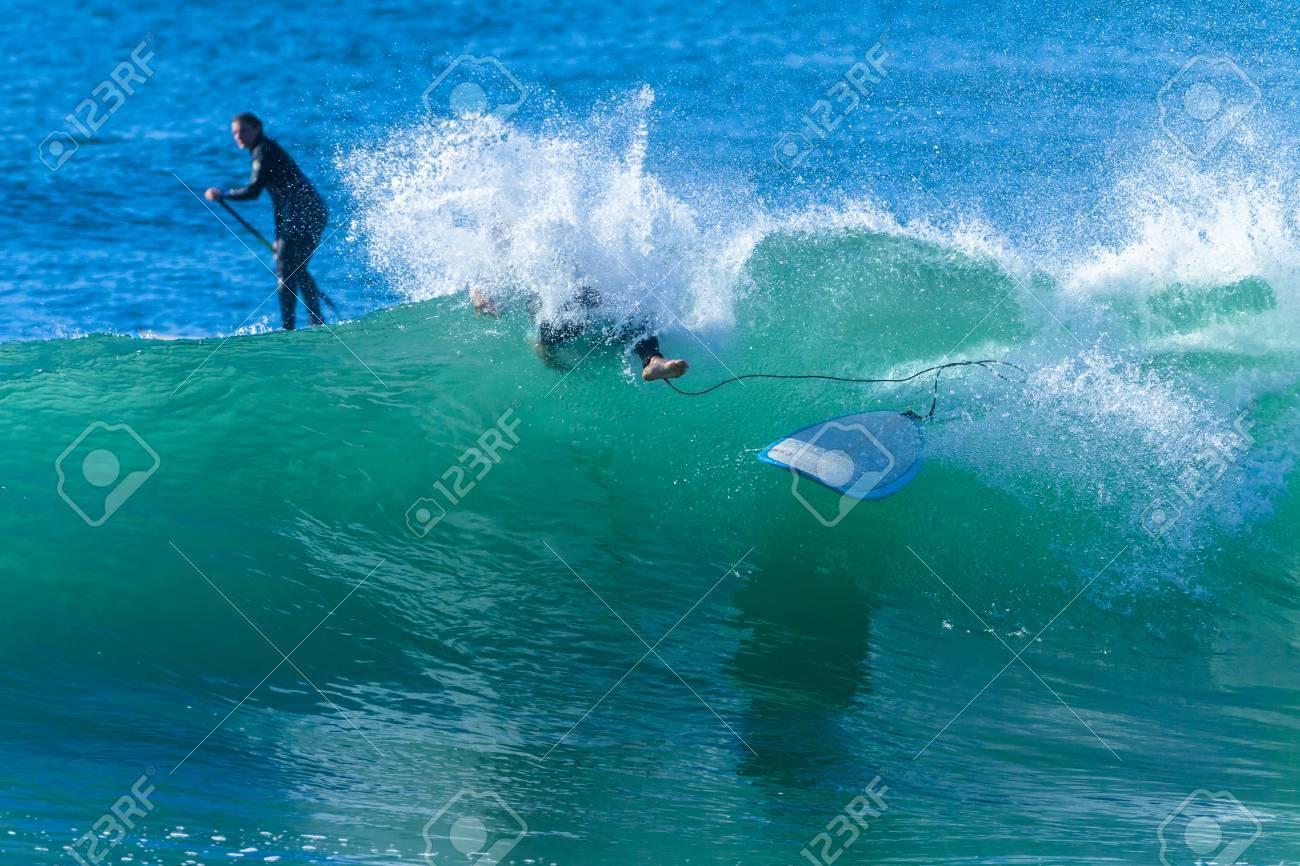Surfer Girl Abstürzt Wipeout Surfen Ozean Welle Aktion Foto
