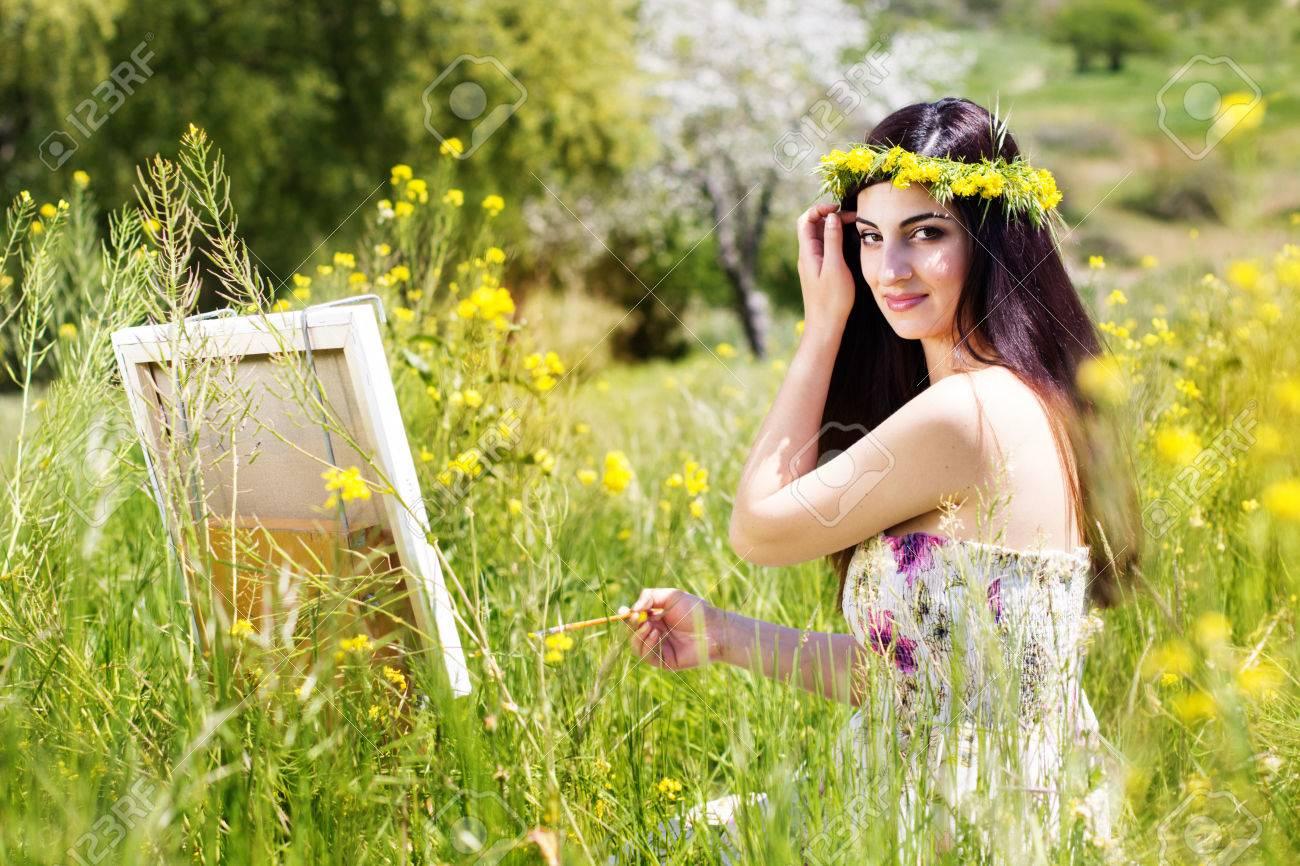 若い女性アーティストが春花の風...