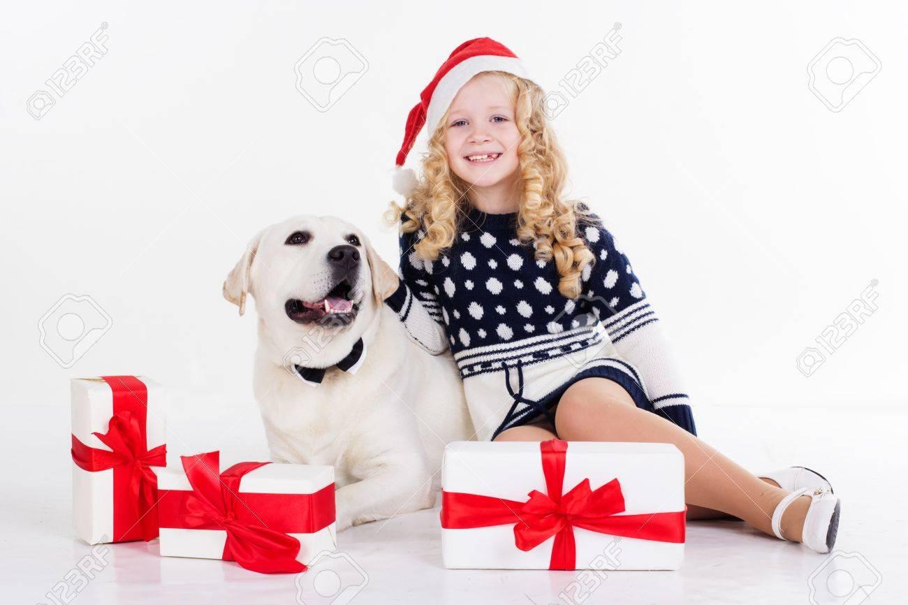 Pretty Blonde Mädchen Mit Ihrem Freund Weißen Labrador Retriever ...