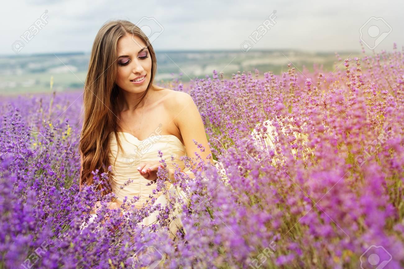Hermosa Mujer Sonriente Está Usando Vestido Bonito Que Se Sienta En ...
