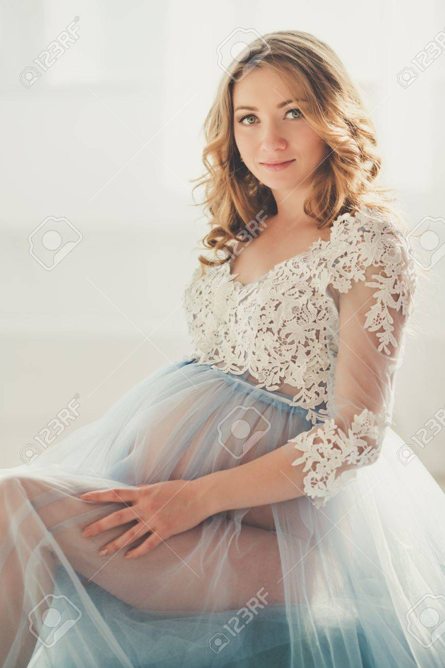 9ea25b621 Foto de archivo - La muchacha bonita embarazada está llevando la alineada  de la ropa interior de la moda