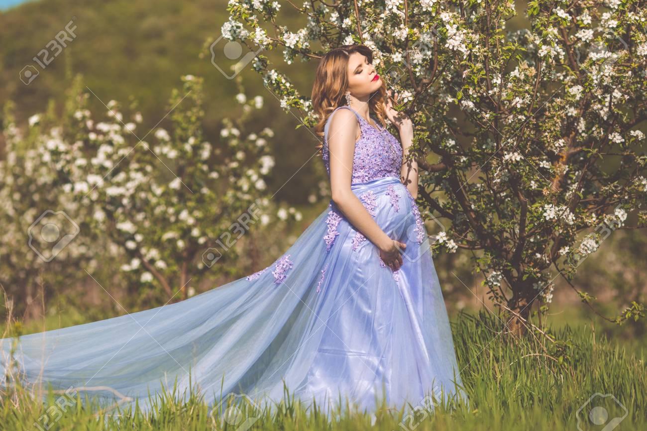 Glückliches Schwangeres Mädchen Trägt Purpurrotes Kleid Der Mode Mit