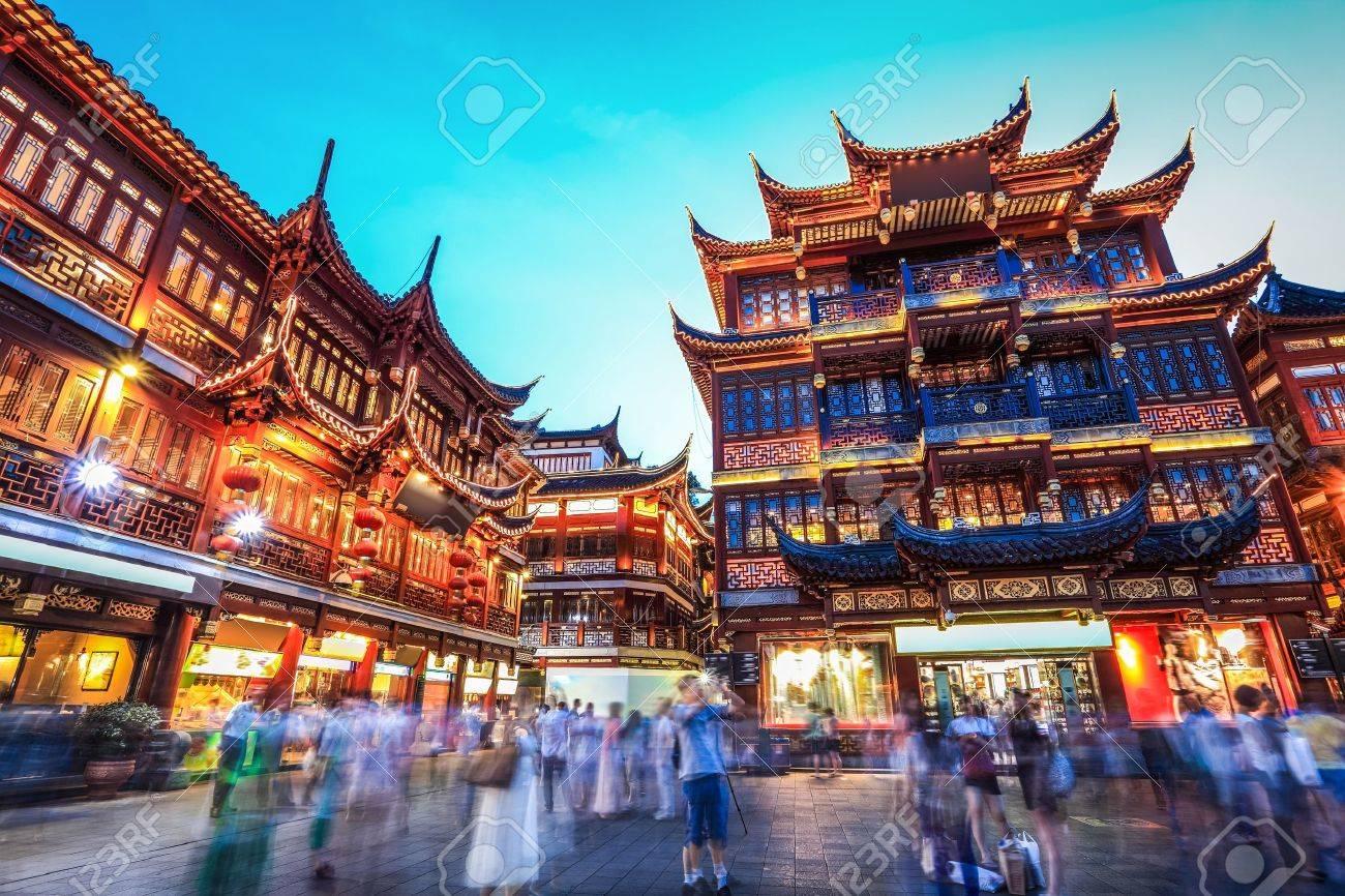 Beau Jardin Yuyuan Dans La Nuit Le Quartier Commercant Traditionnel