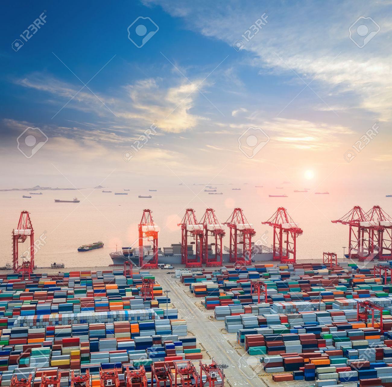 Terminal à conteneurs moderne au crépuscule, la logistique occupé fond