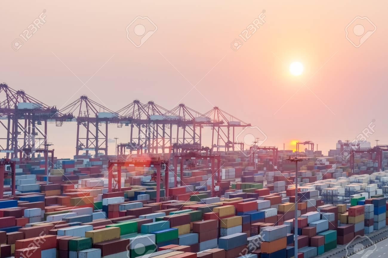 Terminal De Conteneurs Moderne Au Crépuscule, Port De Shanghai Avec ...
