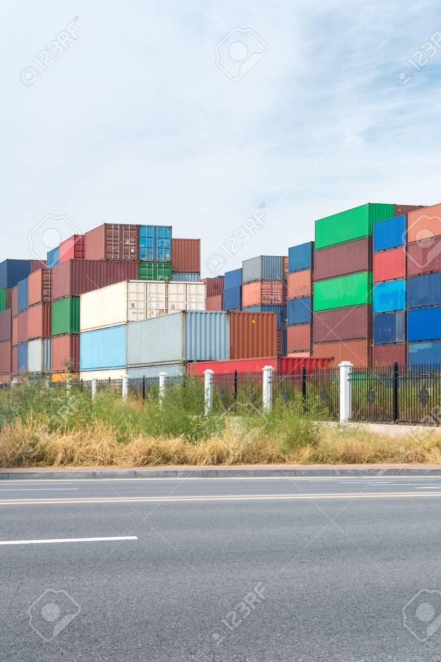 Route et conteneur yard, arrière-plan de la logistique moderne