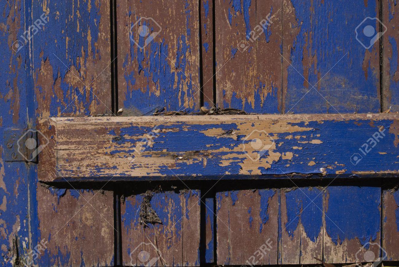 puertas antiguas de madera con la pintura violeta grunge til como fondo para las obras