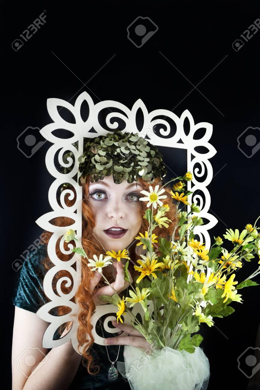 Hübsche Frau Mit Langen, Lockigen Roten Haaren Posiert Mit ...
