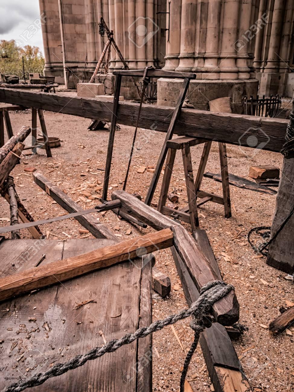 Alte Werkzeuge Eines Handwerkers Sägewerk: Säge, Seile, Holz ...