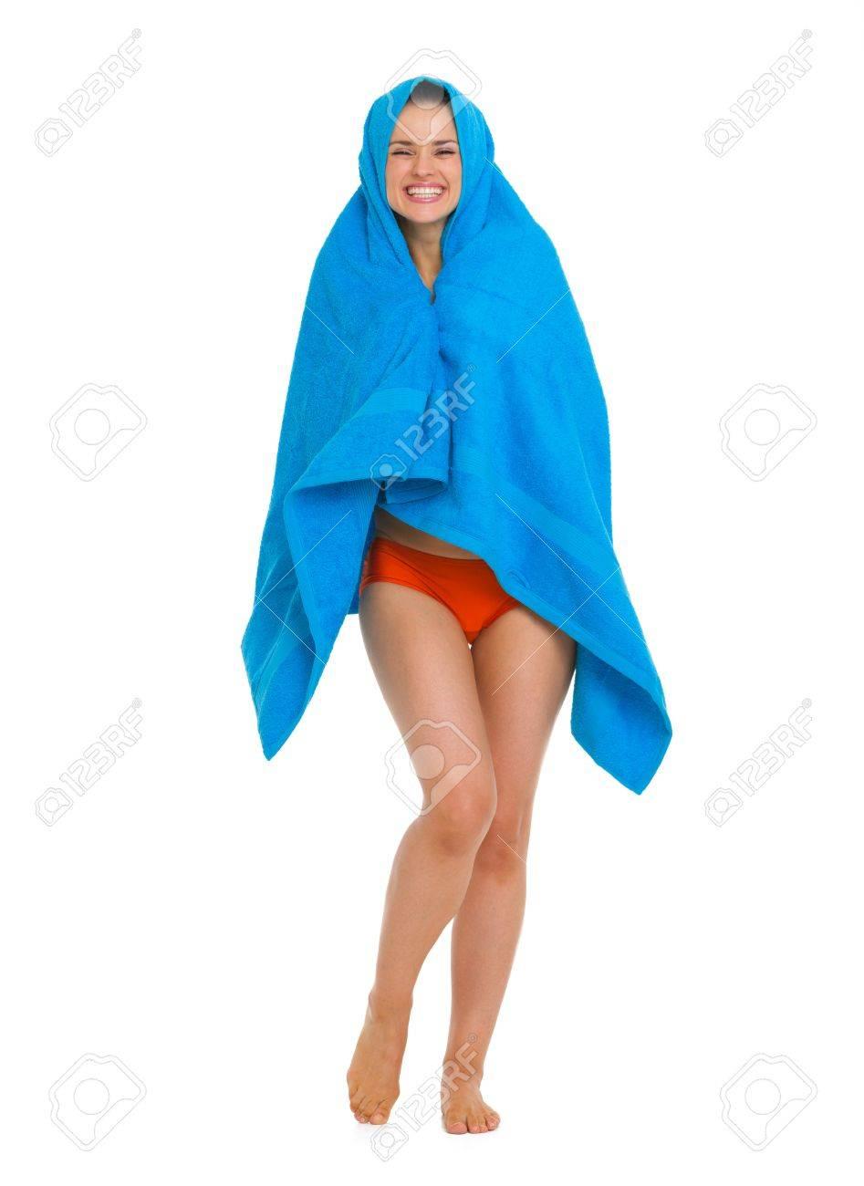 fa983e0afb7a Foto de archivo - Retrato de cuerpo entero de una mujer joven feliz en traje  de baño envuelta en una toalla