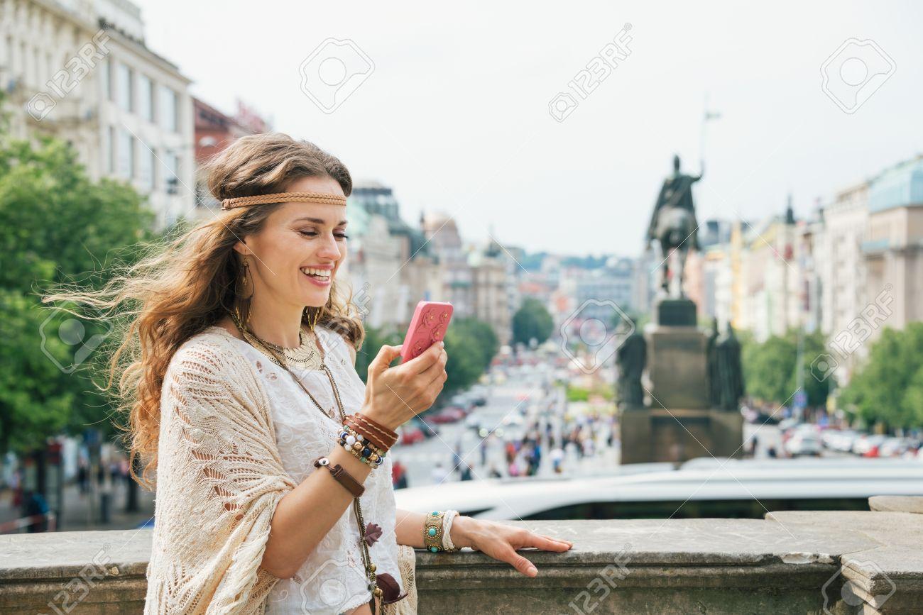 """Résultat de recherche d'images pour """"tourist with phone"""""""