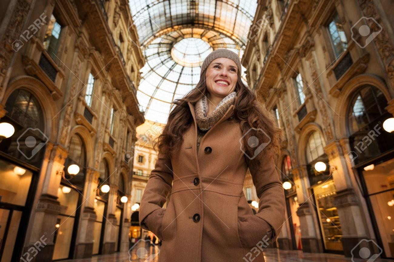 f1d2721540b6c Préparez-vous à Faire Votre Chemin à Travers La Foule Du Shopping Accro. Soldes  D hiver énormes à Milan Juste Commencé. Portrait De Jeune Femme Souriante  ...