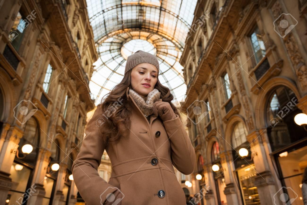 96e61bd9100e6 Banque d images - Préparez-vous à faire votre chemin à travers la foule du  shopping accro. soldes d hiver énormes à Milan juste commencé.