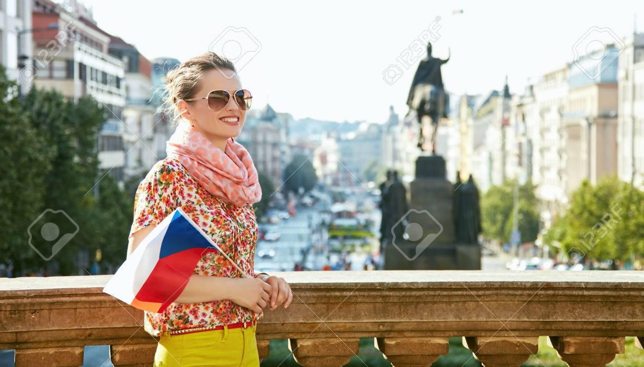 de dans lunettes près la Sourire des à Prague tchèque soleil de de femme drapeau jeune vieille avec Attrapez l'esprit Europe debout Musée le 5Rqn7w0v