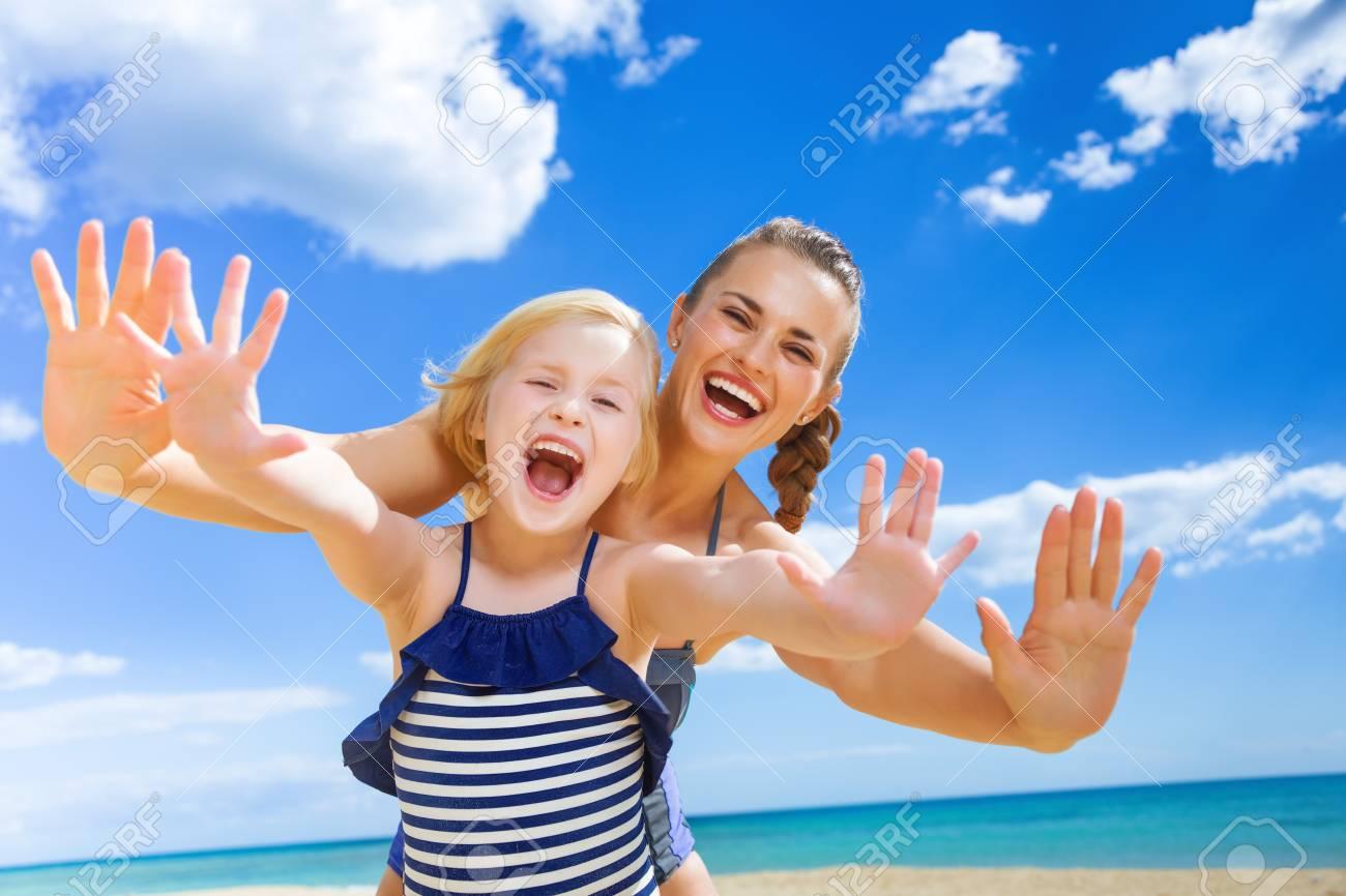Costumi Da Bagno Per Bambino : Sun baciò la bellezza. ritratto di giovane madre allegra e bambino