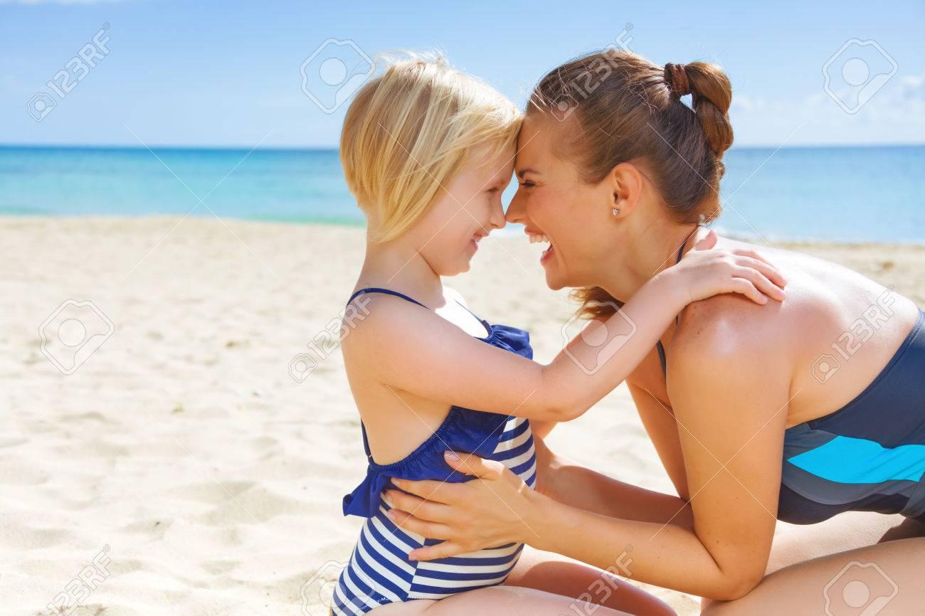 Costumi Da Bagno Per Bambino : Sun baciò la bellezza. felice madre e bambino in costume da bagno