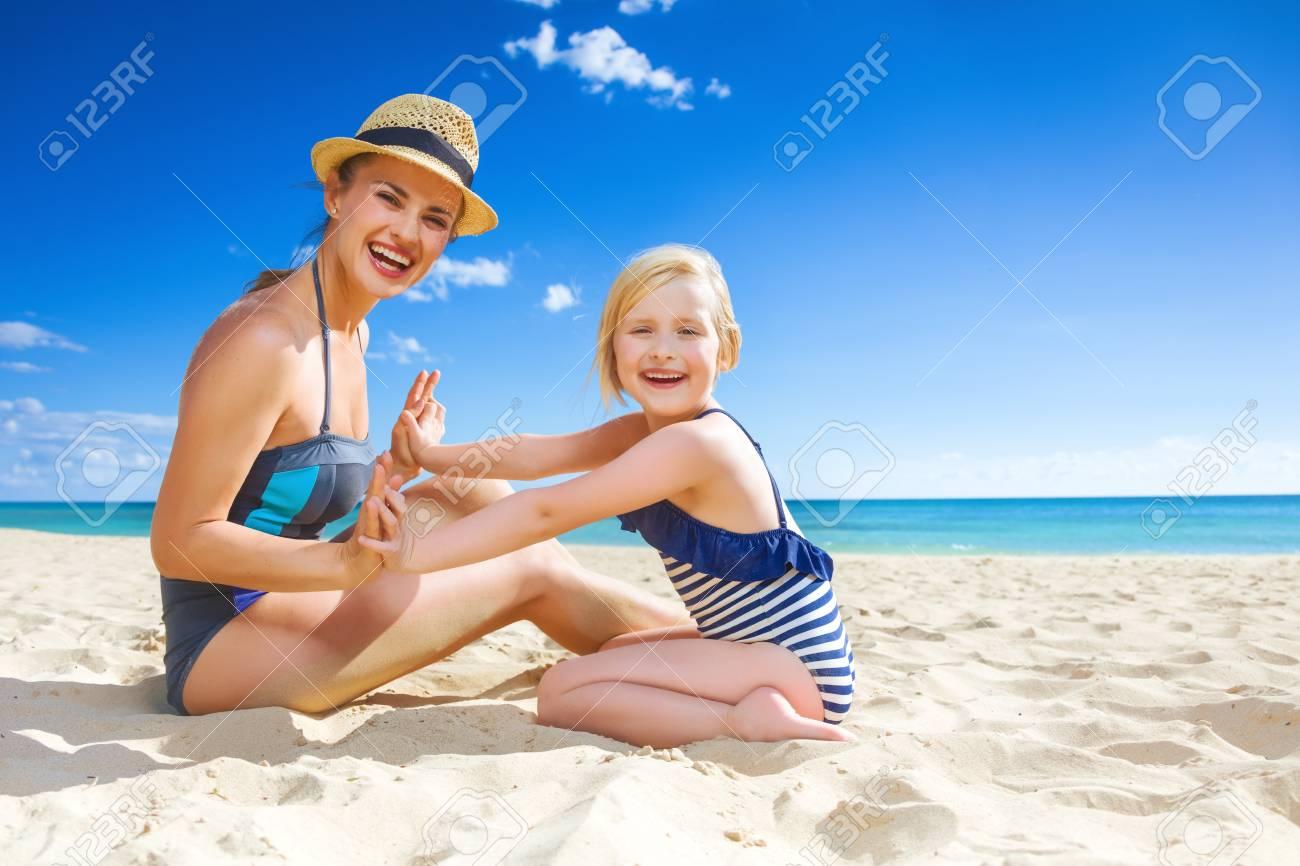 Costumi Da Bagno Per Bambino : Sun baciò la bellezza. sorridente giovane madre e bambino in costume
