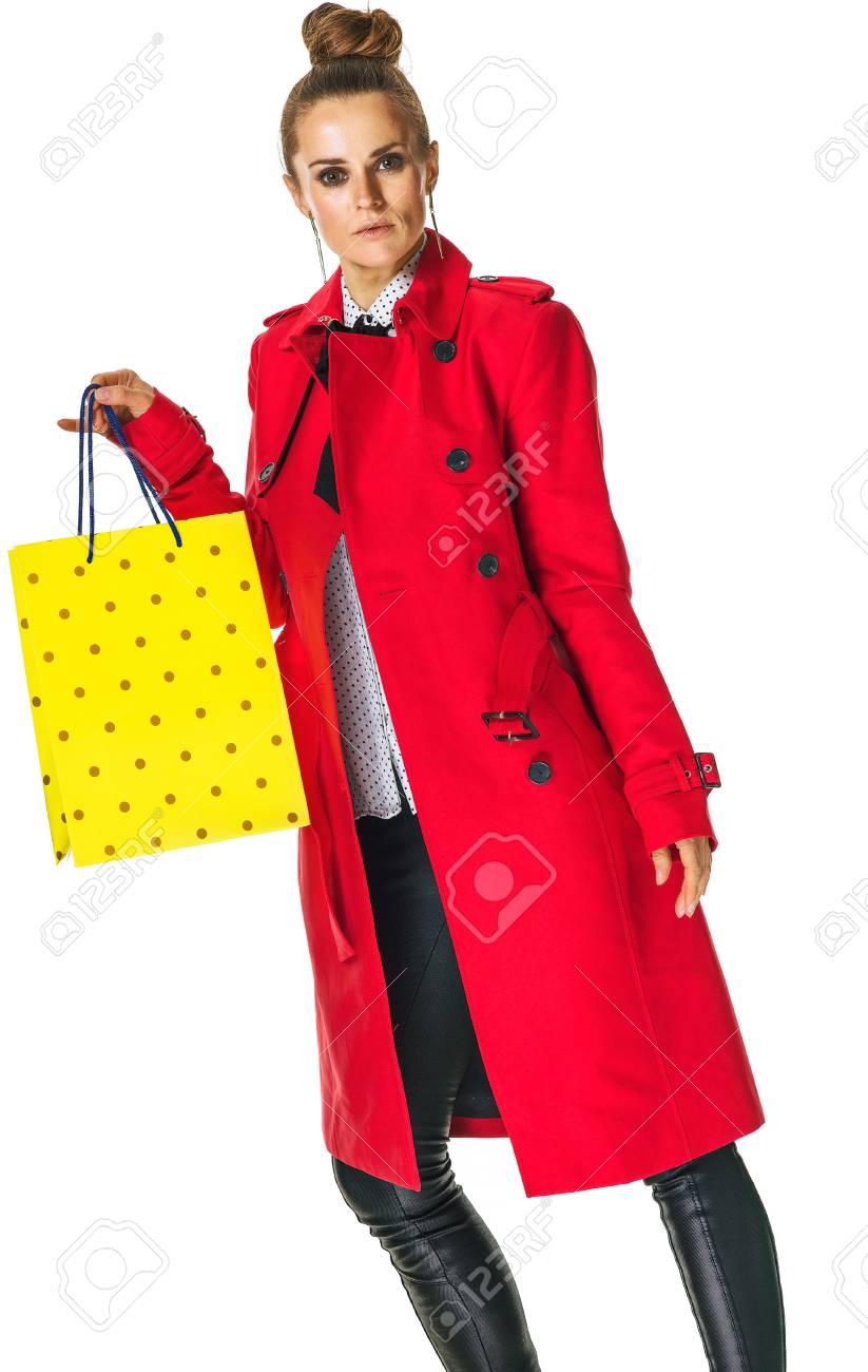 acheter pas cher be5e2 5a706 Gardez l'automne lumineux. femme moderne en manteau rouge isolé sur fond  blanc, montrant le sac à provisions jaune