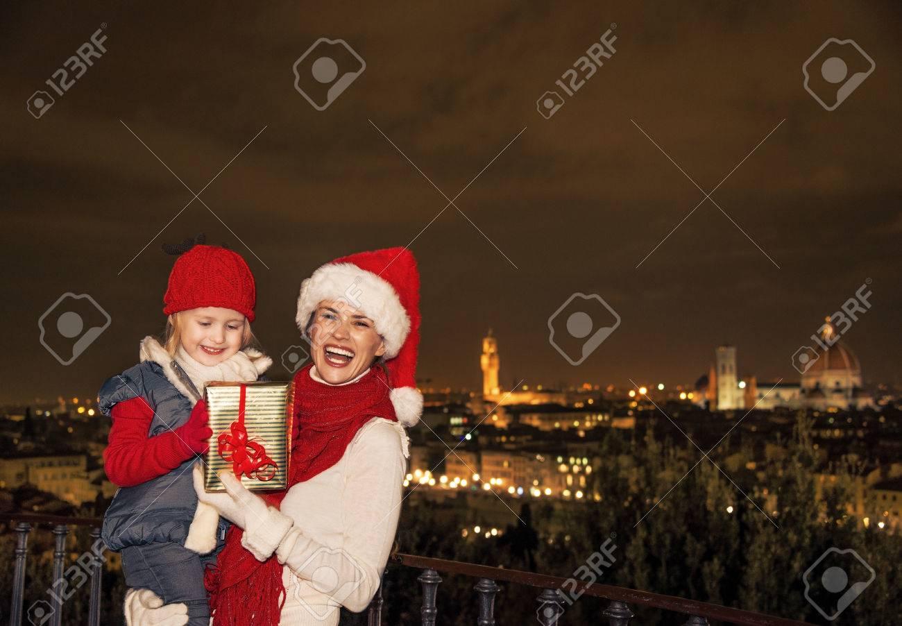 Reise Voller Inspiration Zur Weihnachtszeit In Florenz. Lächelnde ...