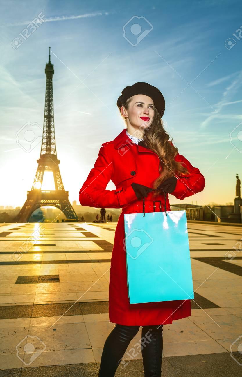 París Con Moderna Abrigo Brillante Mujer Sonriente De En Viajero vWHZq1agZ