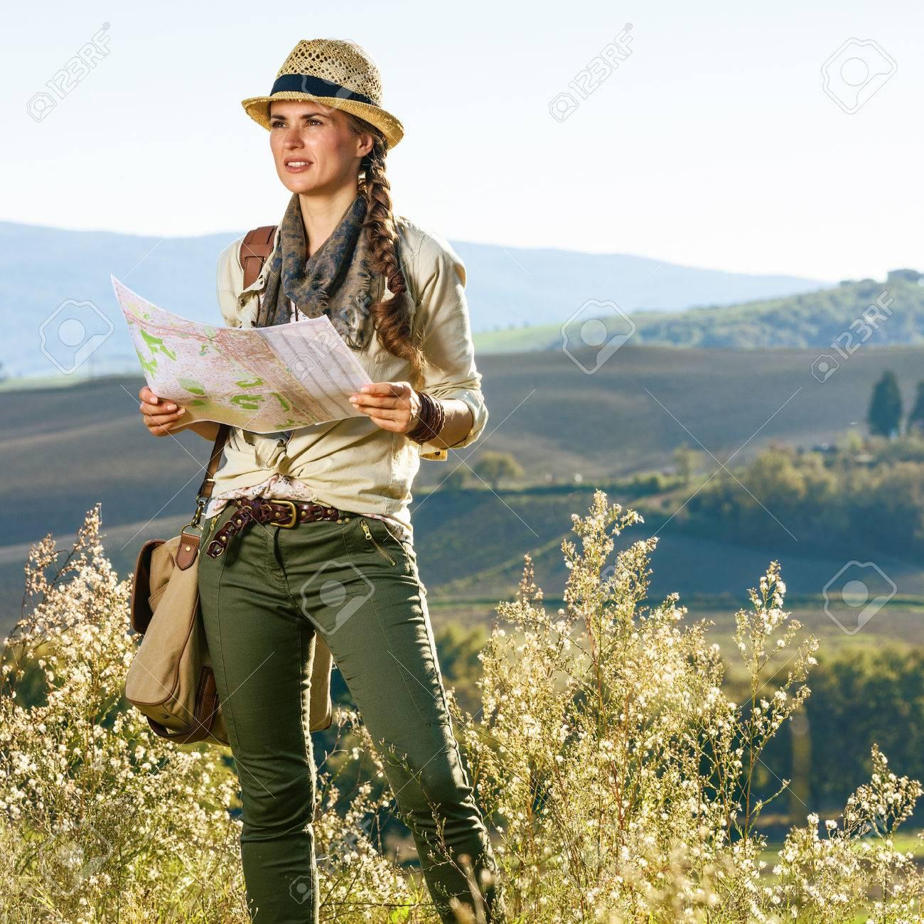 Carte Randonnée Toscane Randonneur En Sac Femme Avec Découvrir Distance La Des Vues ToscaneAventure Dans Magiques Regardant De Nn0PwX8Ok