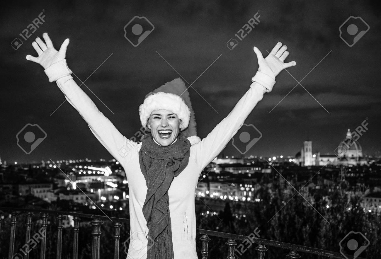 Trip Voller Inspiration In Der Weihnachtszeit In Florenz. Junge Frau ...