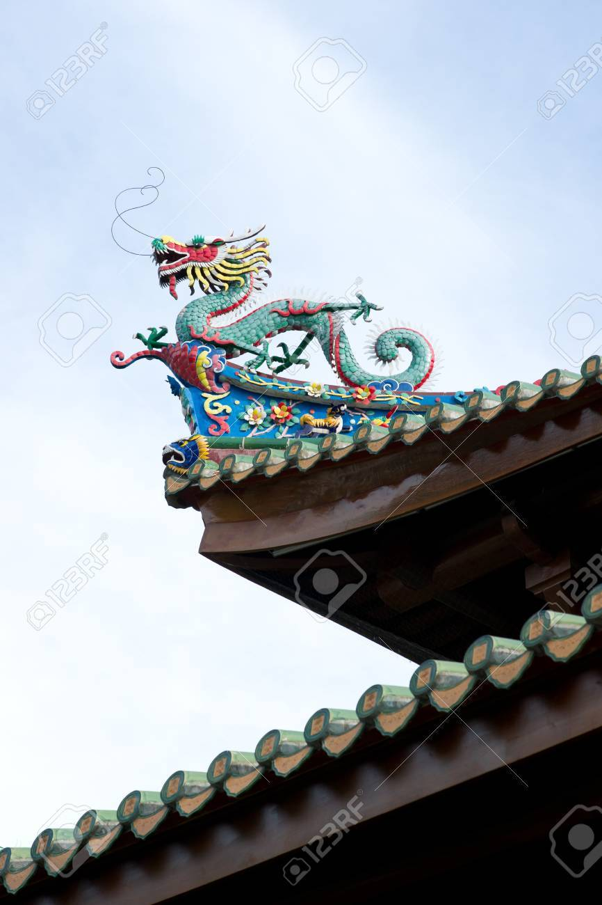 Chinese dragon statue on the eave of temple Stock Photo - 10586356
