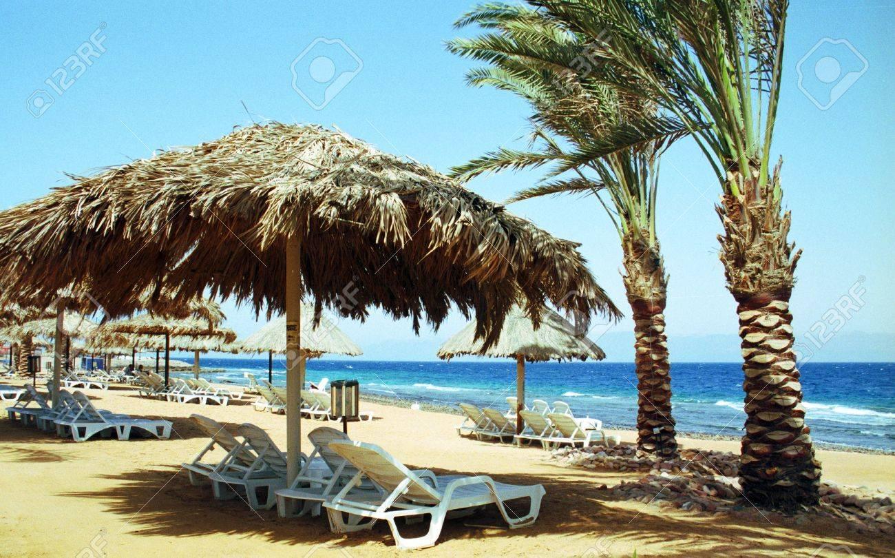 Lounge stoel en parasol op het strand resort, rode zee royalty ...