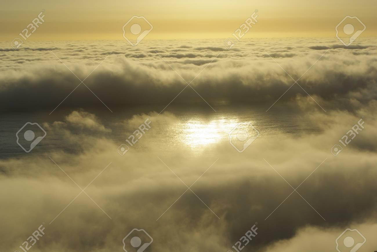 La Niebla Y La Noche, El Reflejo Del Sol En El Océano Pacífico ...