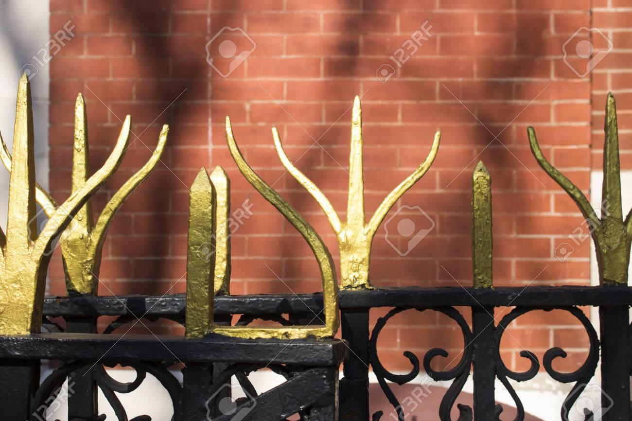 porte ornée en fer forgé avec peinture dorée banque d'images et