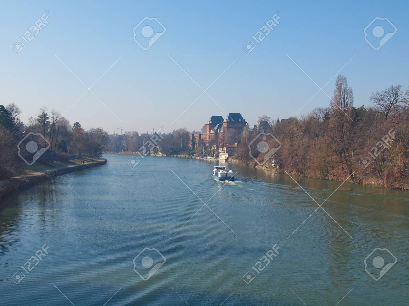 ポー川が流れて、トリノ、イタリ...