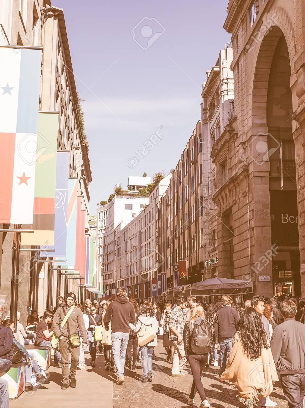 Mailand, Italien - 28. März 2015: Touristen Zu Fuß Durch Die Flaggen ...
