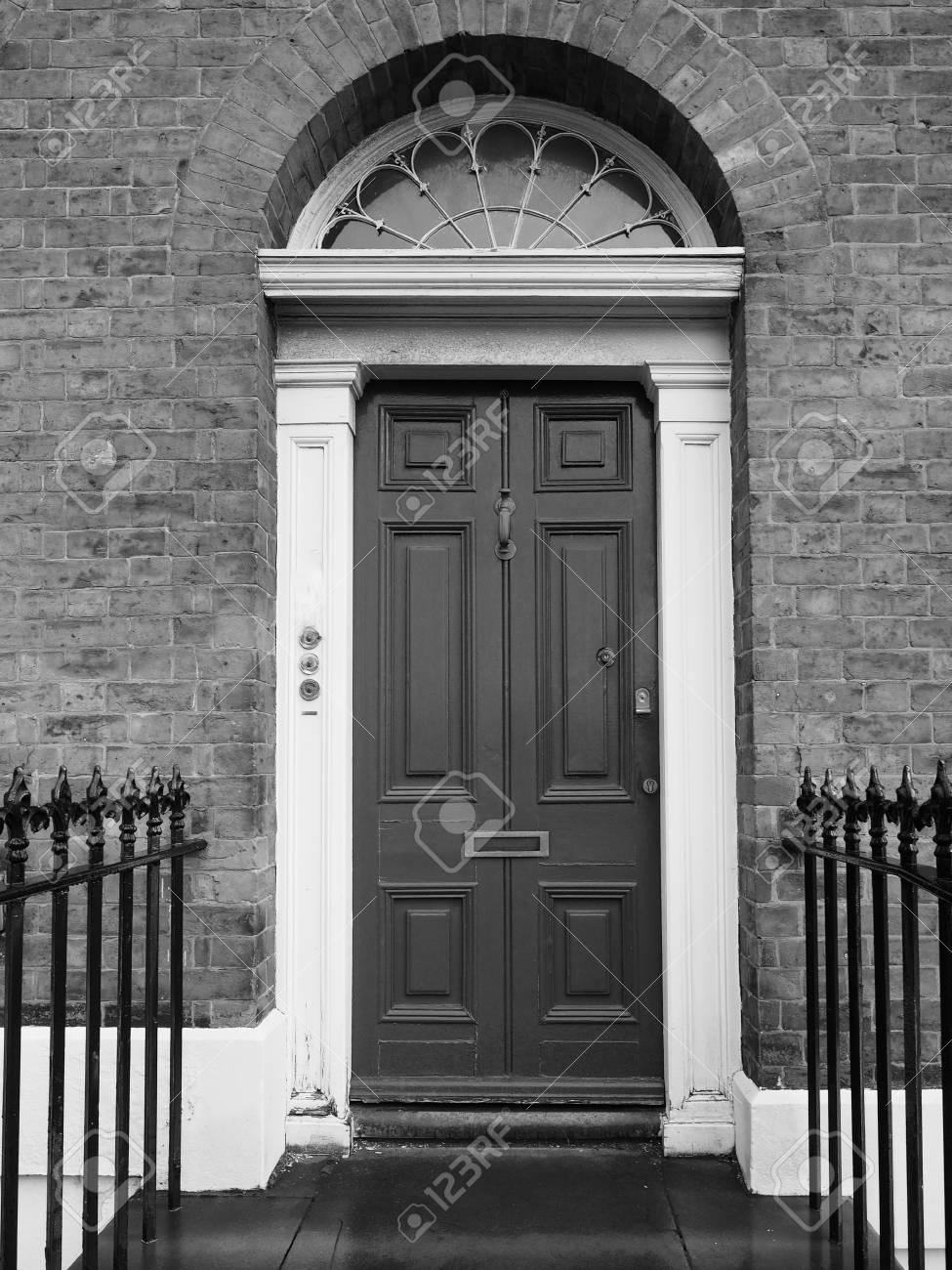 Entrée Noir Et Blanc une porte d'entrée traditionnelle d'une maison britannique en noir et blanc