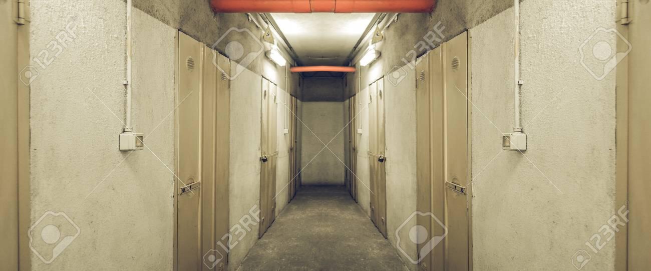 Couloir D\'entrée à La Recherche De Cave Banque D\'Images Et Photos ...
