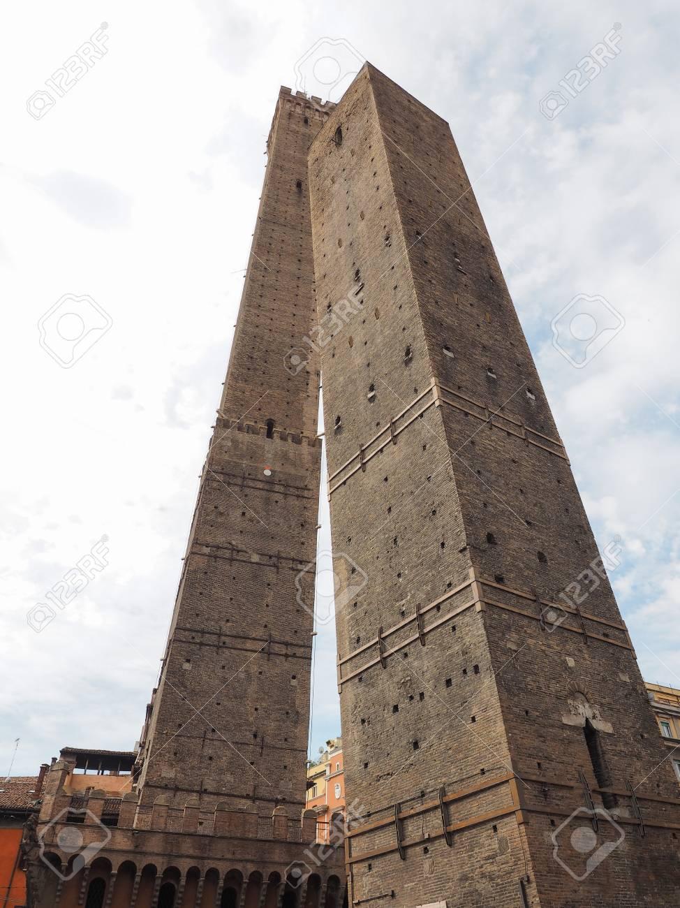 86254203-torre-garisenda-and-torre-degli