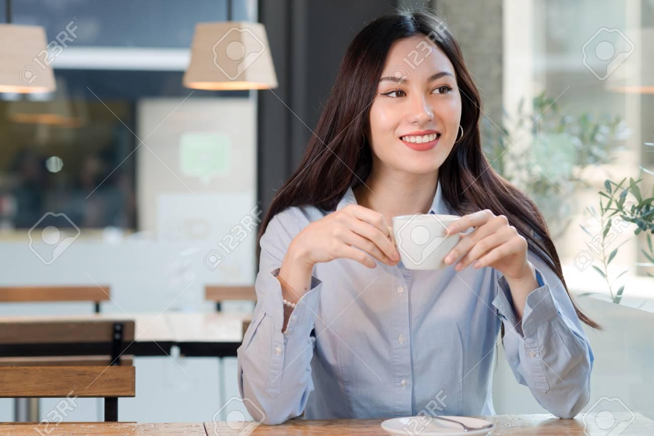 Schöne Frau Trinkt Kaffee Im Bar-Raum Für Text Lizenzfreie Fotos ...