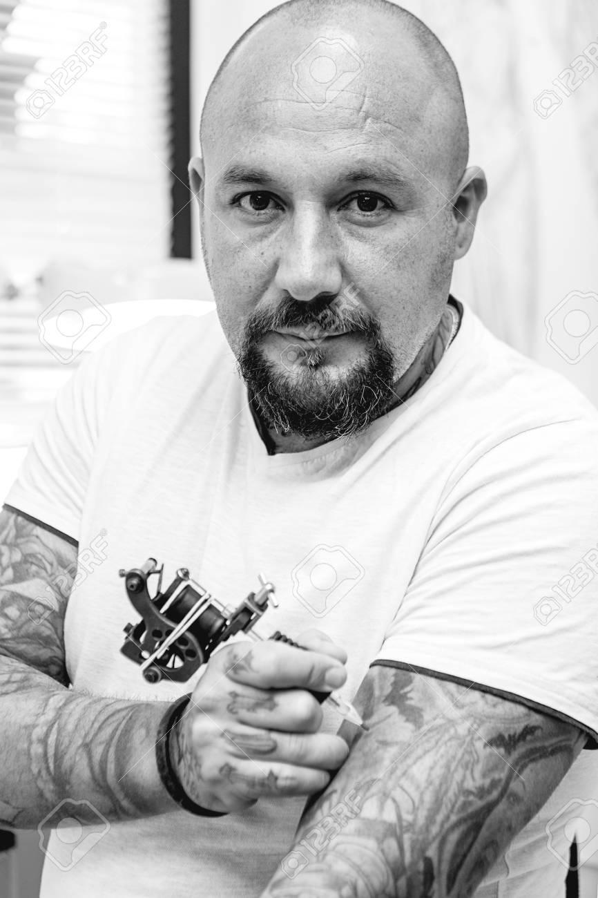 Portrait D Un Artiste De Tatouage Est Le Tatouage De Son Bras Dans