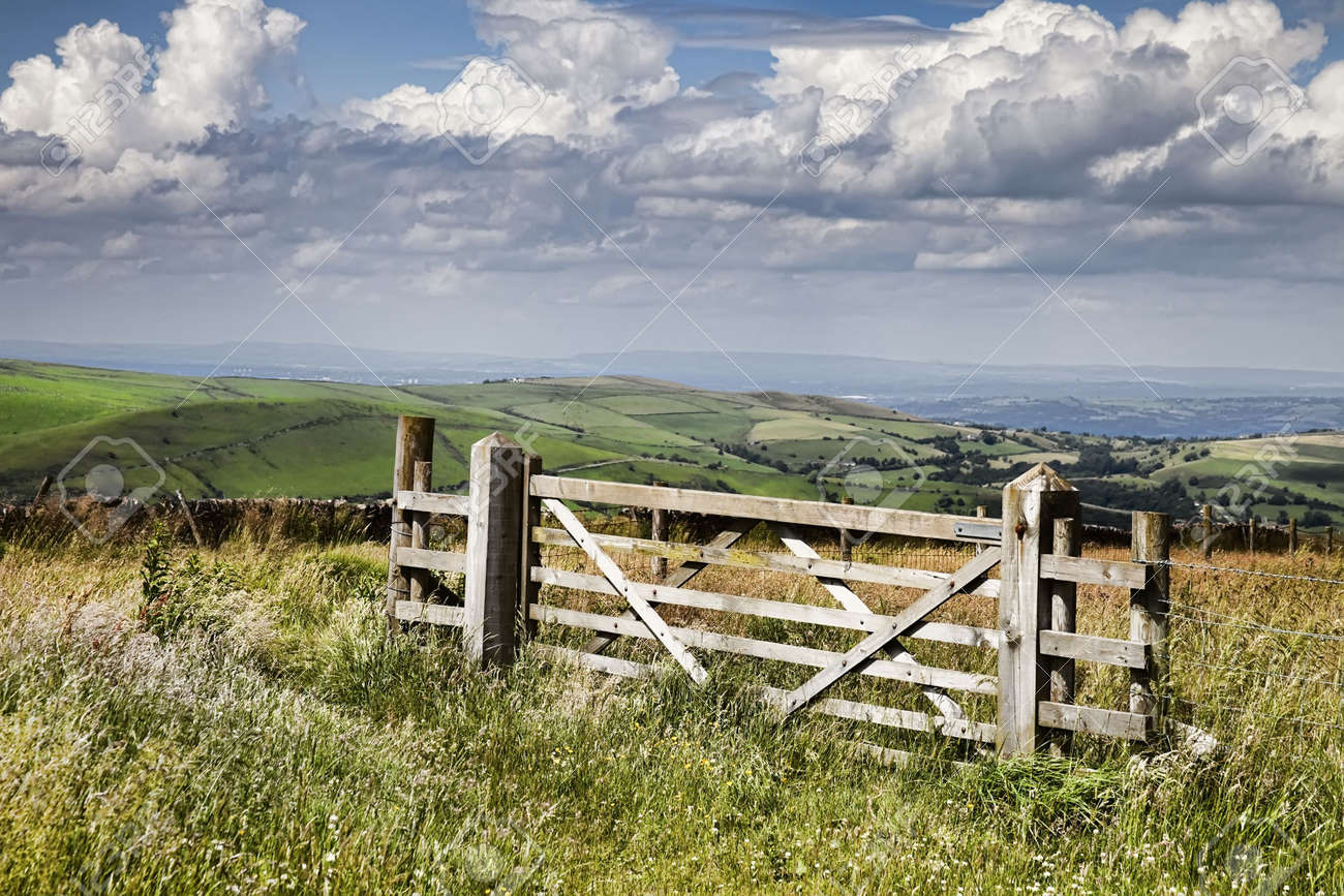 Countryside gate with a wonderful sky Stock Photo - 5770049