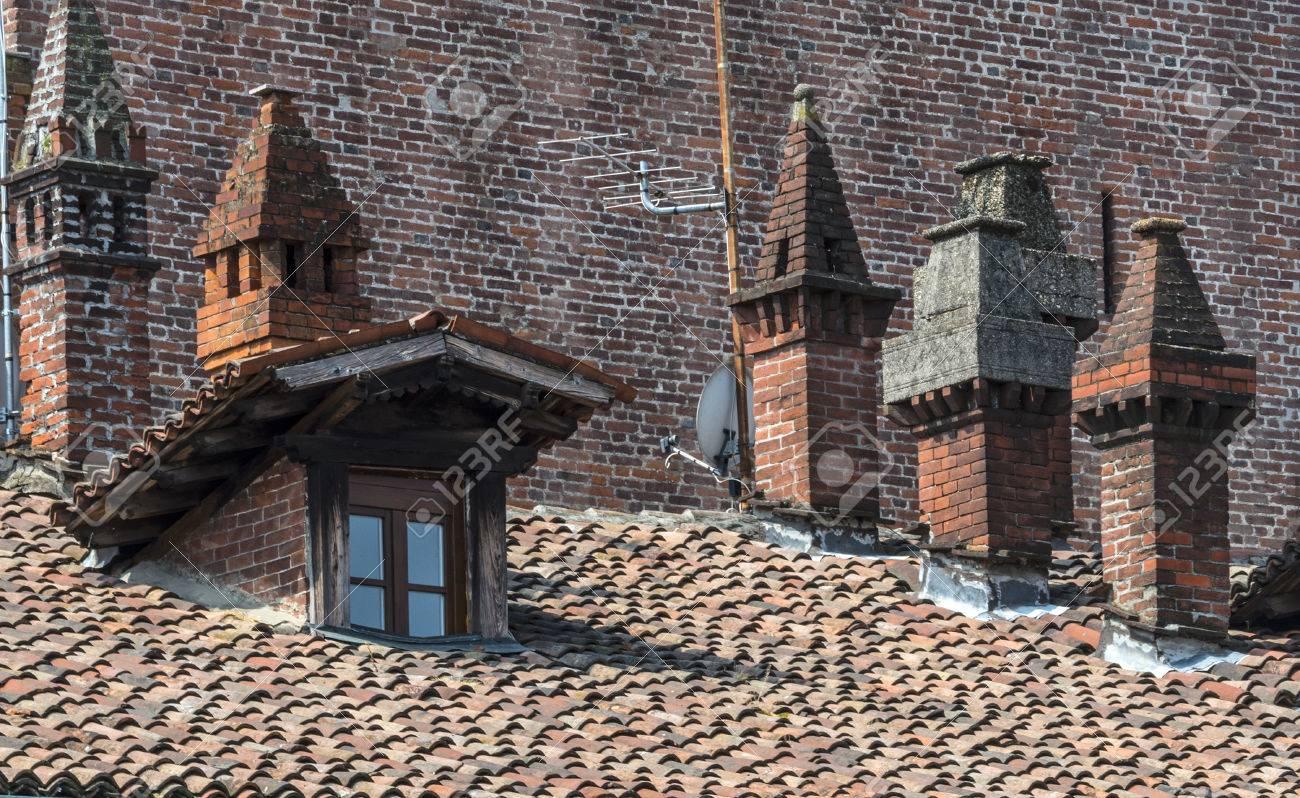 22807400-vigevano-pavia-lombardei-italien-piazza-ducale-historischen-platz-der-mittelalterlichen-%C3%84ra-schornste.jpg