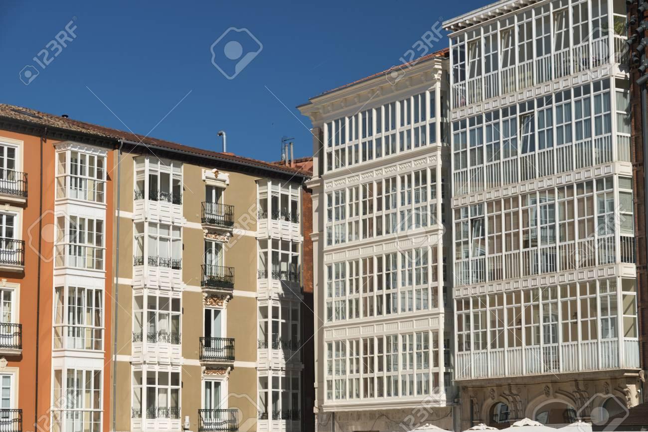 Burgos Castilla Y León España Fachada De Edificios Históricos Con Balcones Y Terrazas