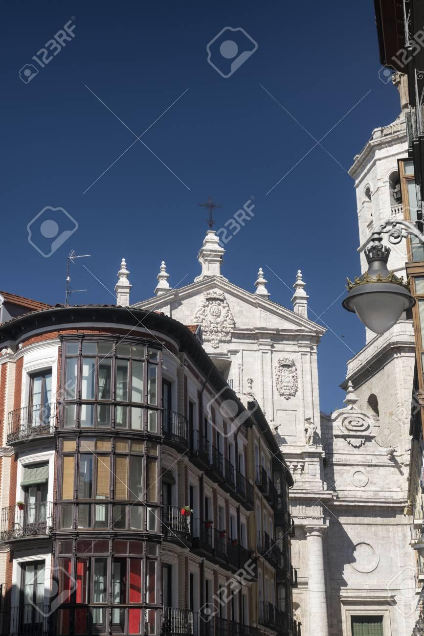 Valladolid Castilla Y León España Edificios Históricos Con Balcones Y Terrazas Típicos Y La Catedral