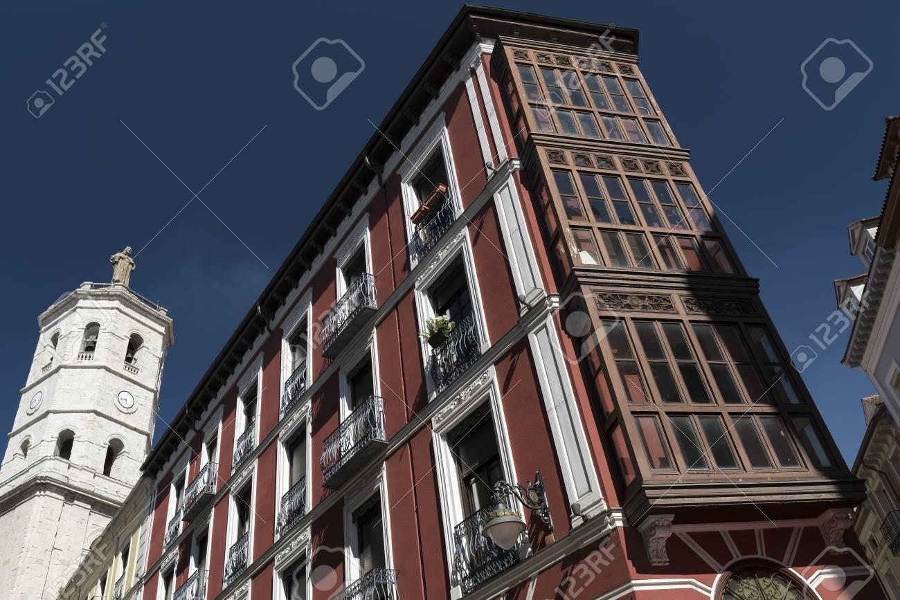 Valladolid Castilla Y León España Edificios Históricos Con Típicos Balcones Y Terrazas Y La Catedral