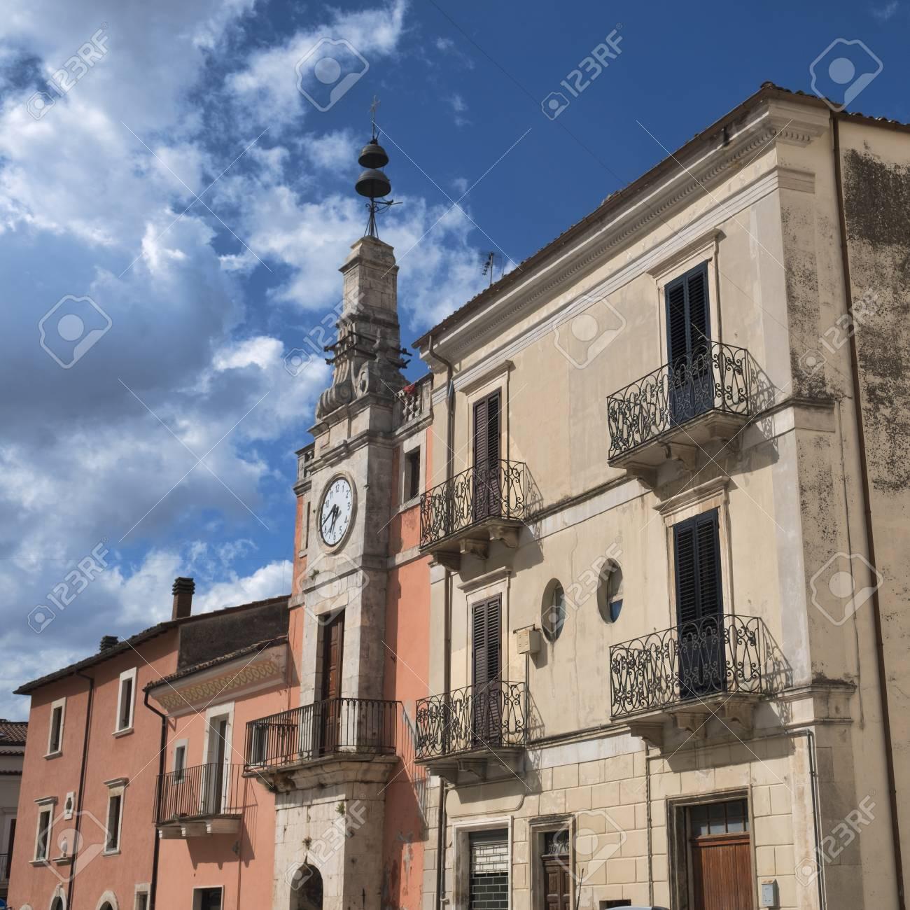 Acheter Une Maison En Italie Abruzzes popoli (l'aquila, abruzzes, italie): bâtiments historiques de la piazza  della liberta, la place principale de la ville