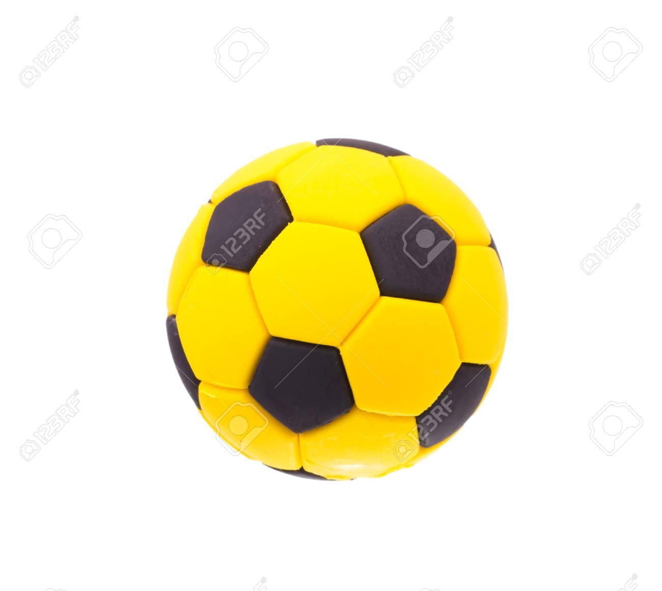 d42cf5c27bdc7 Balón de fútbol de fútbol negro y amarillo aislado en el fondo blanco Foto  de archivo