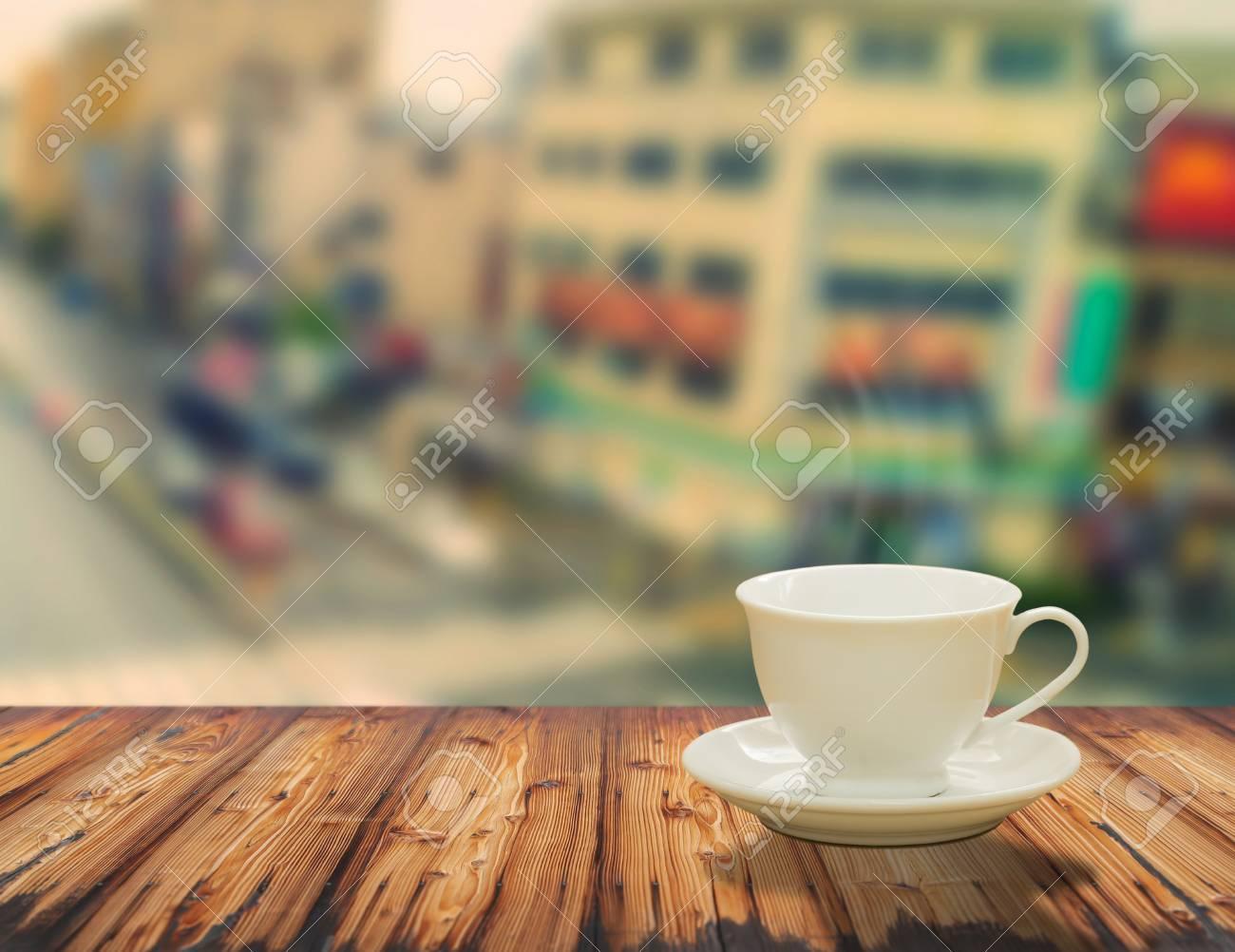 Immagini Stock Tazza Primo Piano Di Caffe Su Un Tavolo Di Legno In Citta Image 50329035