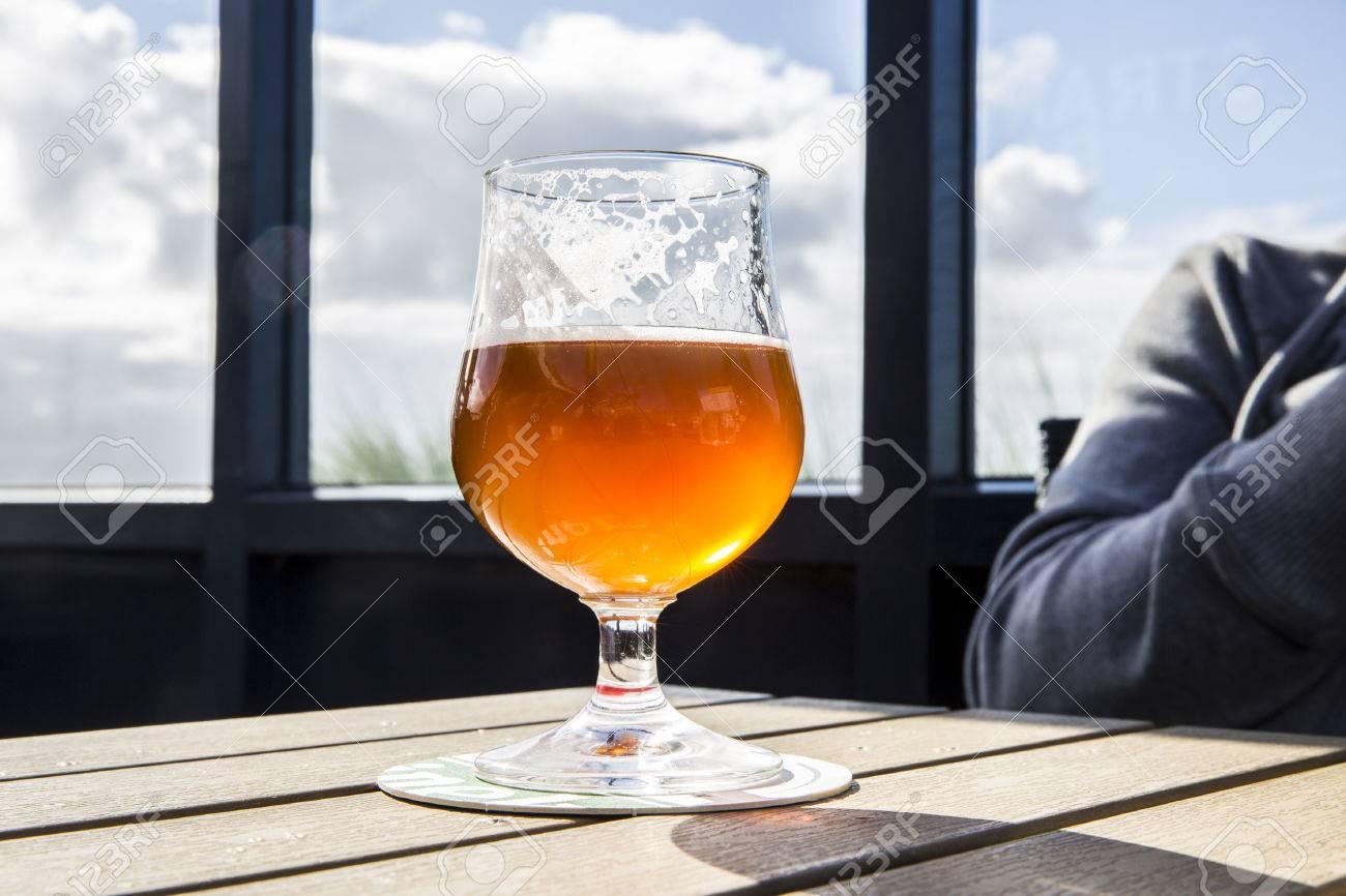 Vidrio Fresco De Cerveza ámbar Luz Sobre Una Mesa En Una Terraza De Pub