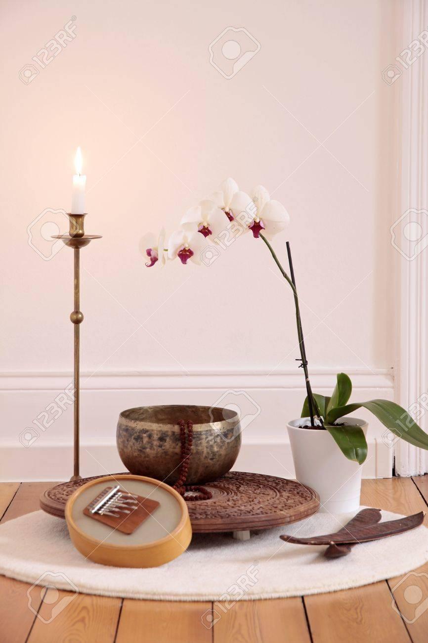 Foto de archivo , Vela orquídea y decoración en una sala de yoga