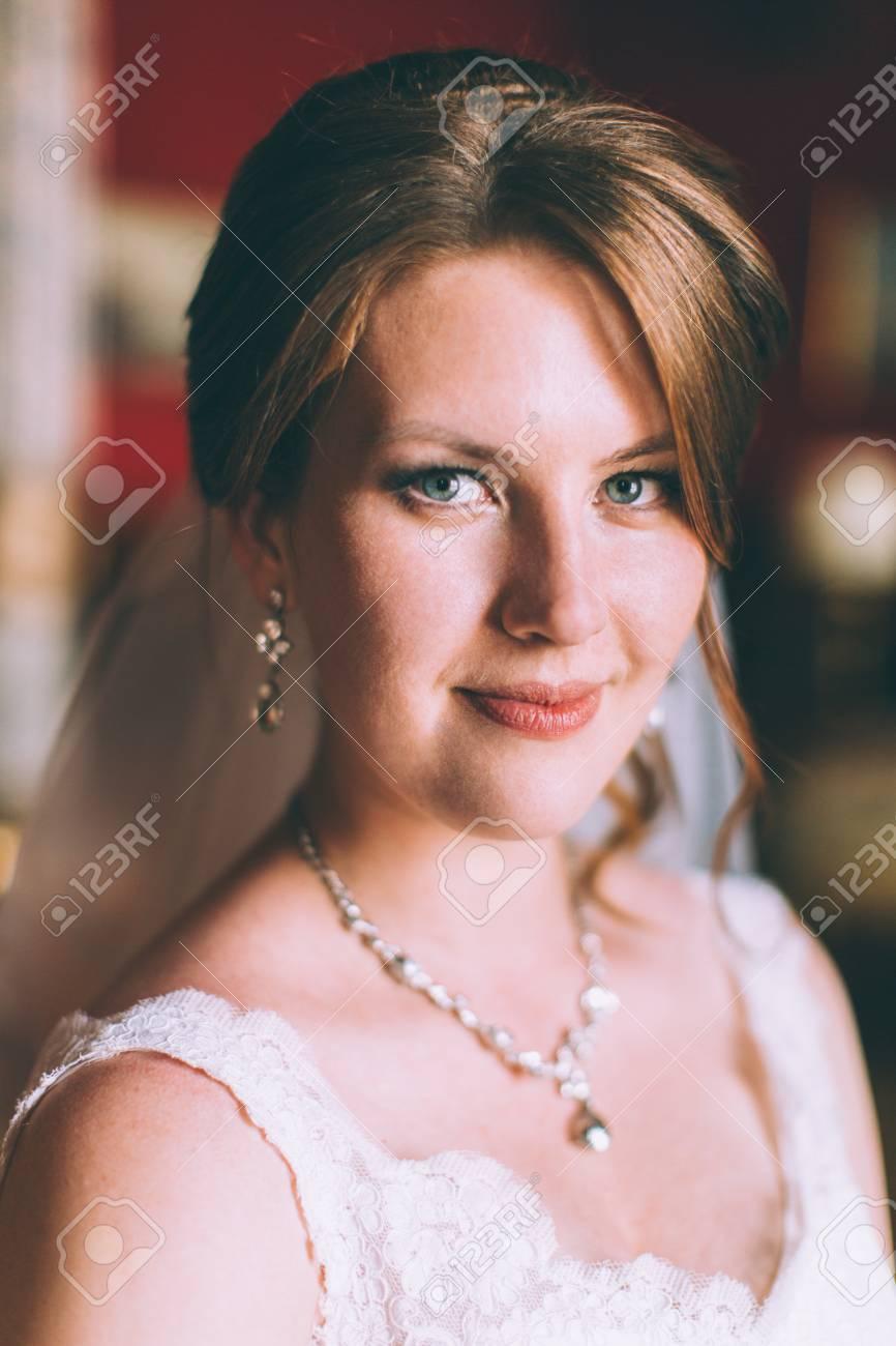 Hermosa Novia En Vestido De Novia En El Interior De Lujo Con La ...
