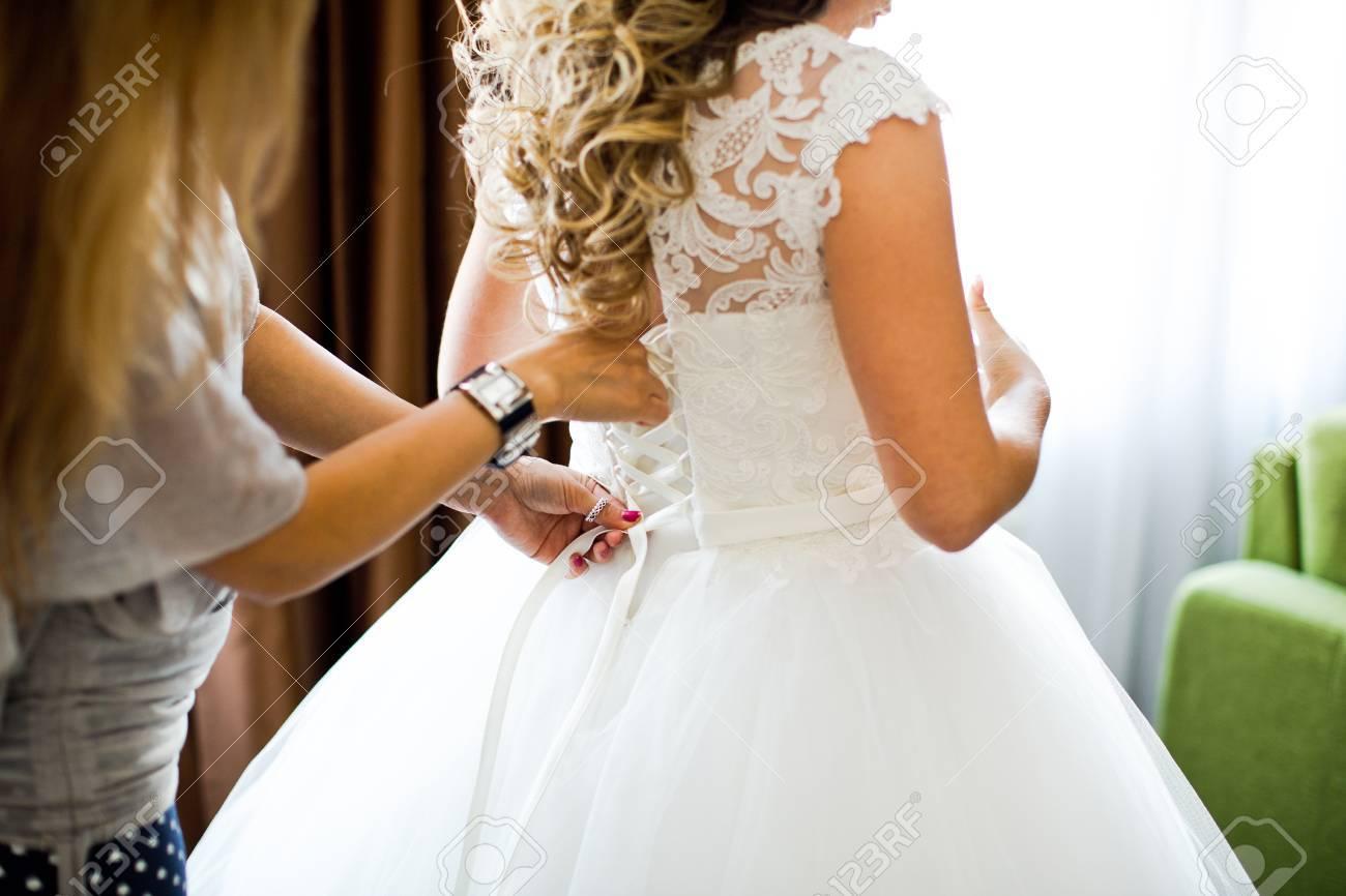 Closeup Getönten Foto Der Schönen Braut Ihr Hochzeitskleid Zu Binden ...