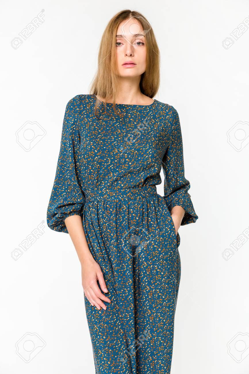 Jeune Femme Elegante En Robe D Ete Legere Sur Fond Blanc Banque D Images Et Photos Libres De Droits Image 74806303